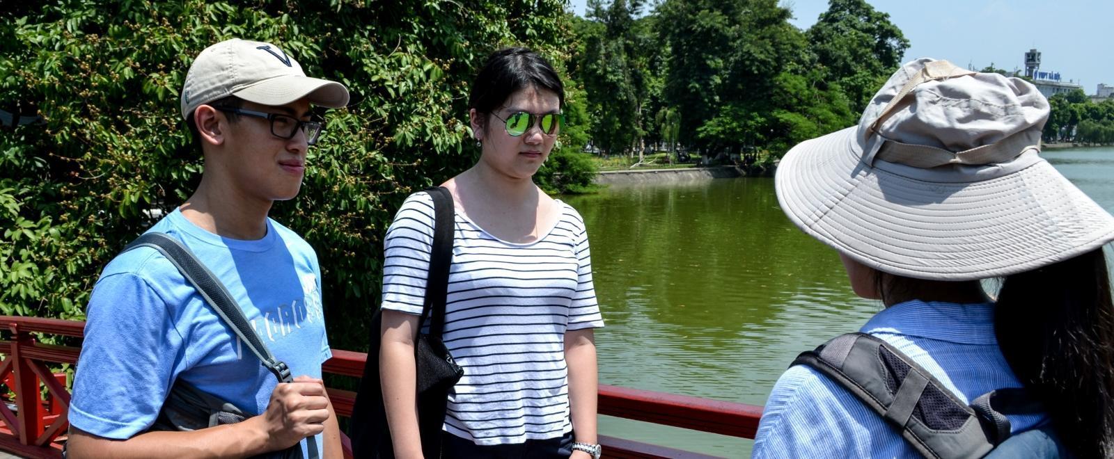 Personal dándole un recorrido a voluntarios en Vietnam.